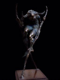 Человек на ходулях скульптура